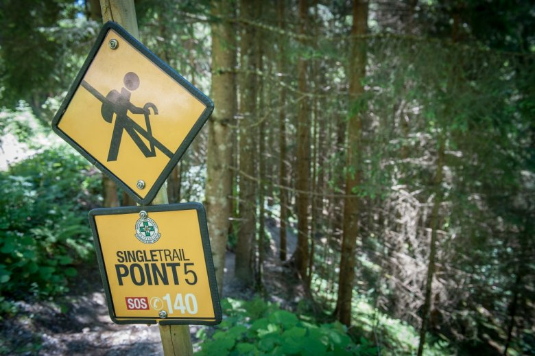 Hier kann man es laufen lassen – ein Trail nur für Biker. An vielen mit dem Auto erreichbaren Punktengibt es Notruf-Schilder mit Informationen.