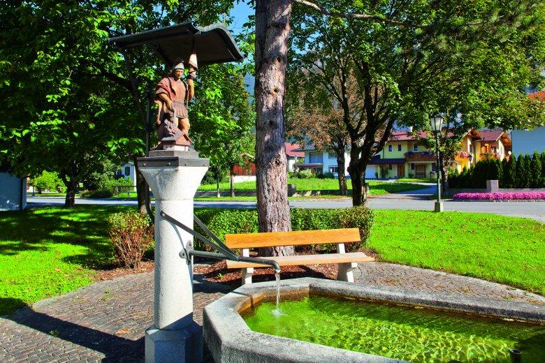 In Tirol gibt es sowohl im Tal als auch am Berg zahlreiche Trinkwasserbrunnen (wie hier in Unterperfuss), die nicht nur bestes Quellwasser sondern auch eine wohltuende Abkühlung für müde Pilgerfüße versprechen. (c) TVB Innsbruck – Christof Lackner