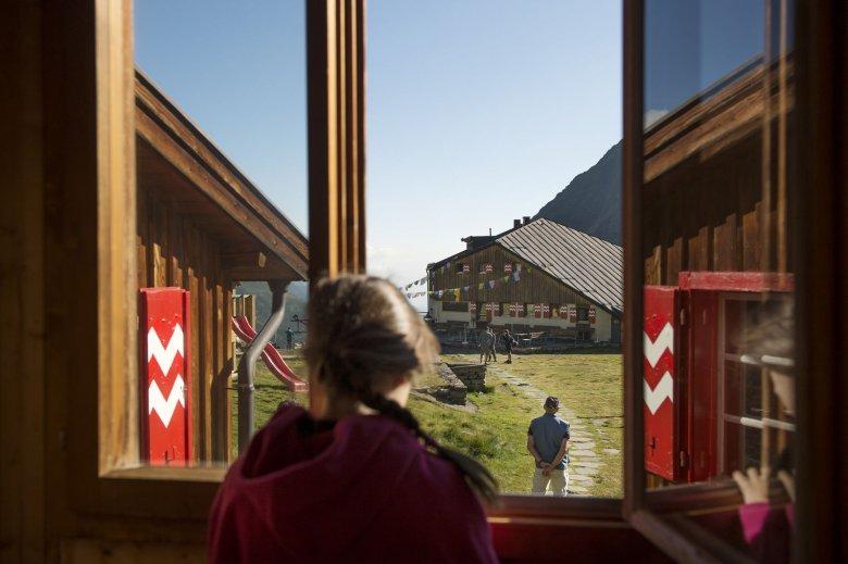"""Die Sulzenauhütte im Stubaital ist eine von 44 empfohlenen Tiroler Hütten in der Alpenvereins-Broschüre """"Mit Kindern auf Hütten"""". Ganz in der Nähe: Der WildeWasserWeg, Kletterblöcke, ein Klettergarten mit Übungsklettersteig, Geocaches, Flying Fox und Slackline. (Foto: Frank Bauer, Tirol Werbung)"""