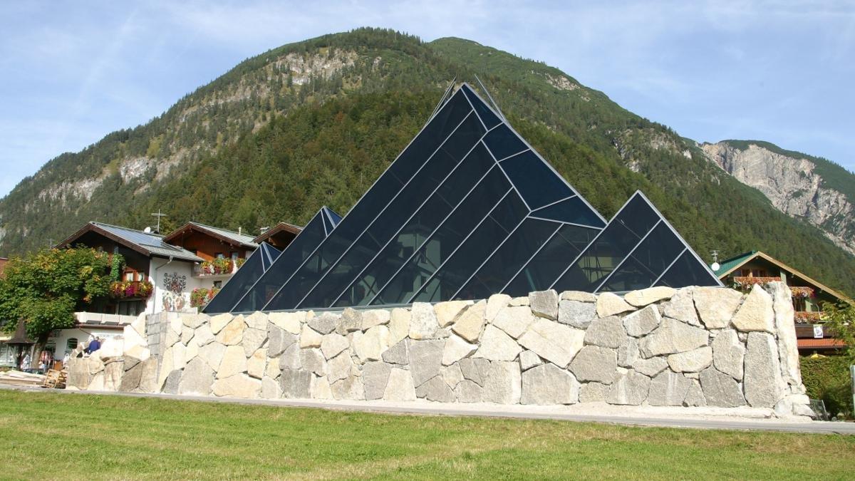 Tiroler Steinöl, eine eingetragene Marke, riecht gewöhnungsbedürftig, wirkt aber tatsächlich. Im Vitalberg in Pertisau ist die Gewinnung und Verarbeitung von Steinöl aus Ölschiefer dokumentiert., © Achensee Tourismus
