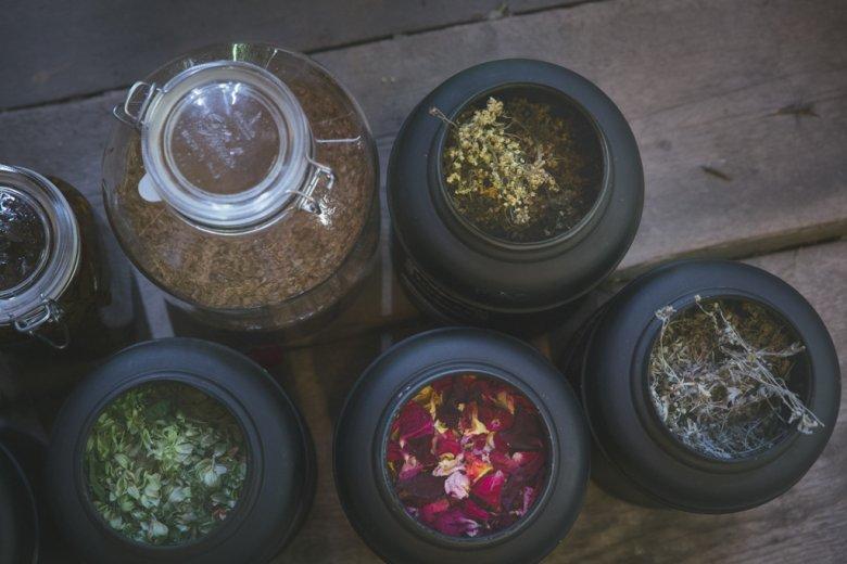 """Aroma für die dunklen Monate, von der """"Zammer Kräuterhex"""". Michaela Thöni-Kohler weiß alles darüber, wie man Kräuter haltbar macht – und wie sie auf Geist und Körper wirken."""