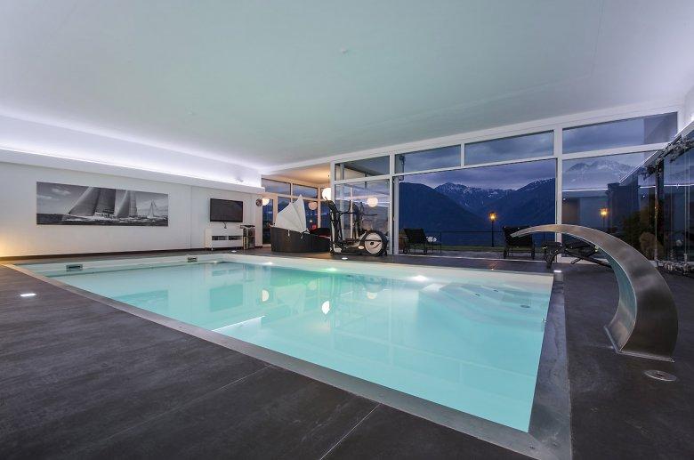 Der Ausblick aus den Fenstern, die moderne Einrichtung und dann noch als Krönung ein eigener Pool. Ja! Das passt gut so …