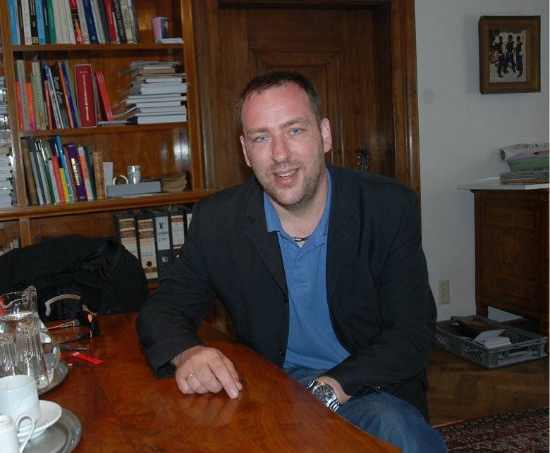 Karl Berger, Leiter des Tiroler Volkskunstmuseums, im Gespräch.
