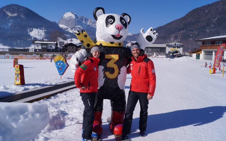 Skischulmanager David Bichler und Pädagogin Jessica Gruber entwickeln bereits seit 5 Jahren ein kleinkindgerechtes Skischulprogramm rund um das Maskottchen Panda Wanda.