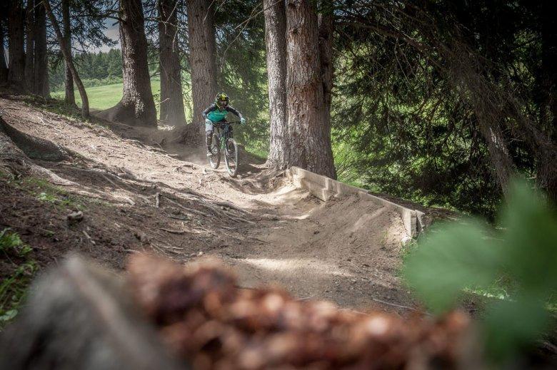Auf der Downhillstrecke geht es gleich richtig zur Sache.