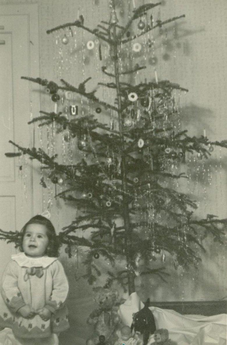 Auch heute noch ein begehrtes Fotomotiv: Leuchtende Kinderaugen unter dem Christbaum, 1950. Bildquelle: Ferdinandeum Innsbruck