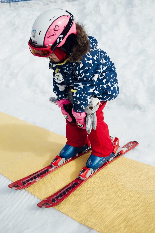 Bis zu 200 Kinder betreuen Told und seine Kollegen hier in der Woche. Die meisten beginnen mit vier Jahren mit dem Skifahren. Das Wichtigste dabei ist: Spaß. Erfolge, und manchmal auch das eigene Stofftier, motivieren zum Weitermachen.