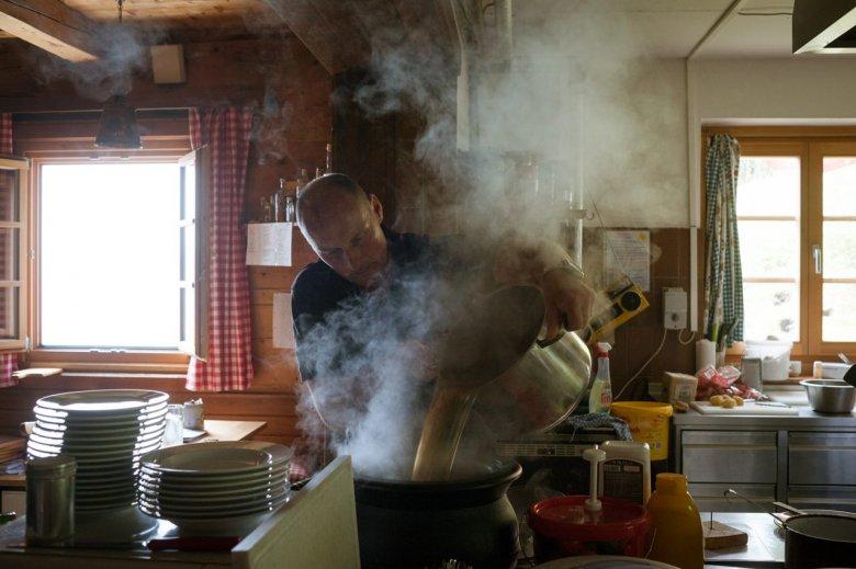 Der Lohn der bergsteigerischen Mühe: Die Spezialität der Bayreuther Hütte sind Anton Herrmanns Kaspressknödel. Der gebürtige Schwabe hat viel ausprobiert und lang experimentiert, bis er sein eigenes Spezialrezept mit vier verschiedenen Käsesorten fand.
