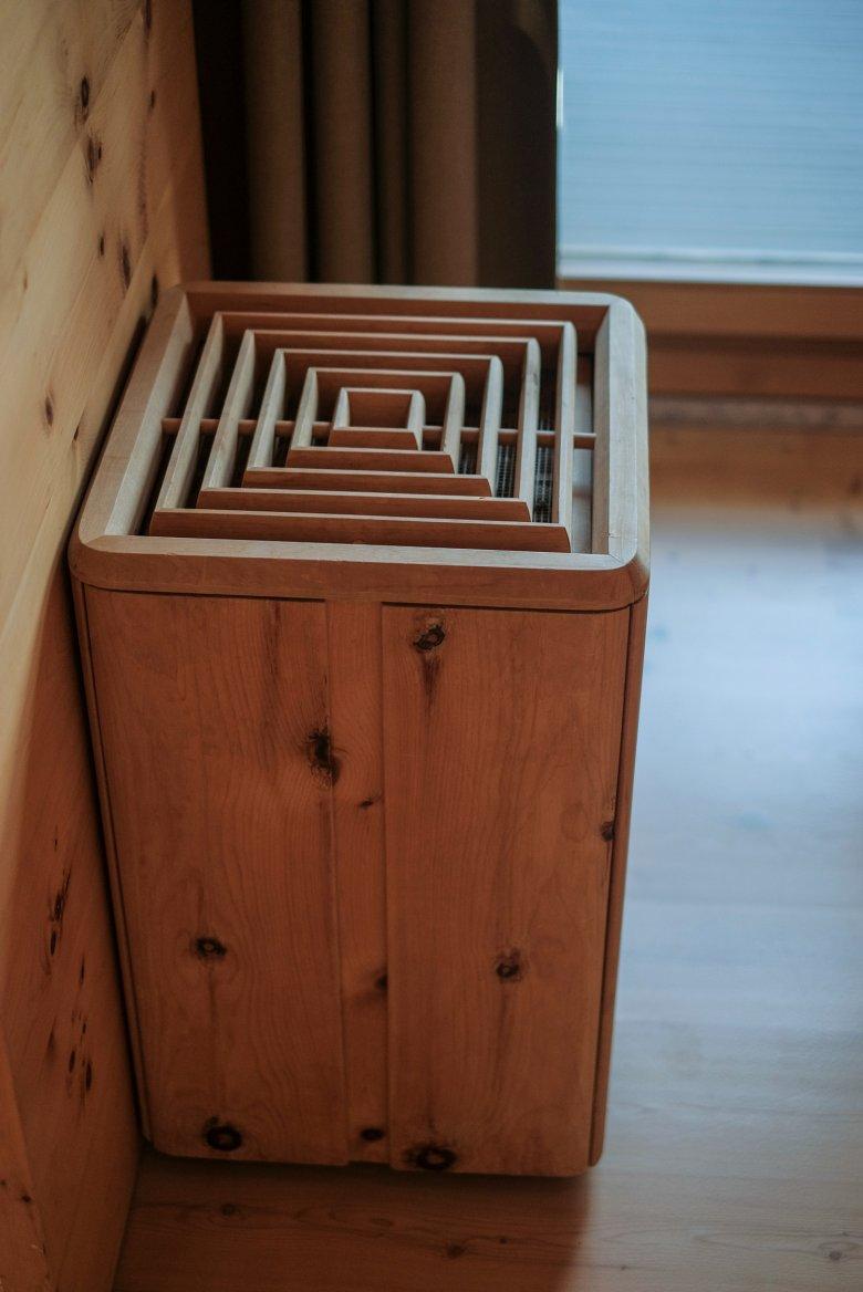 Ob Heizungsverkleidungen oder Papierkörbe – das Holz ist allgegenwärtig.