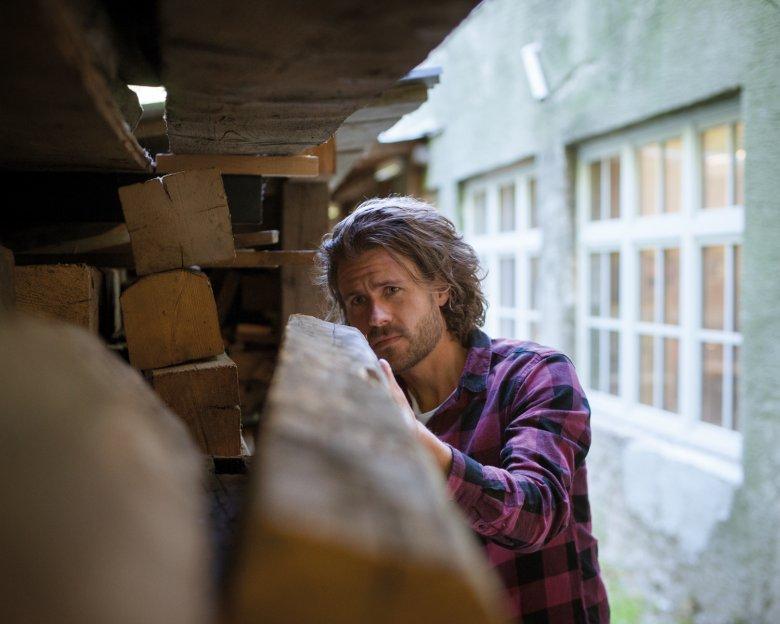 Liebe zum Holz: Wenn der Förster anruft, holt Felix Fehr auch mal einen alten Fichtenbalken auf 2.300 Metern Höhe ab.