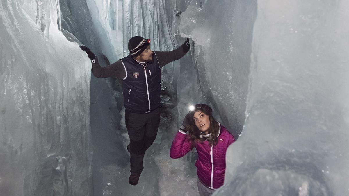 In eine Gletscherspalte zu stürzen, muss ein Albtraum sein – im Natureispalast auf dem Hintertuxer Gletscher tief unter der Skipiste eine Gletscherspalte gezielt zu erkunden, ist hingegen ein beeindruckendes Erlebnis., © Tirol Werbung/Verena Kathrein