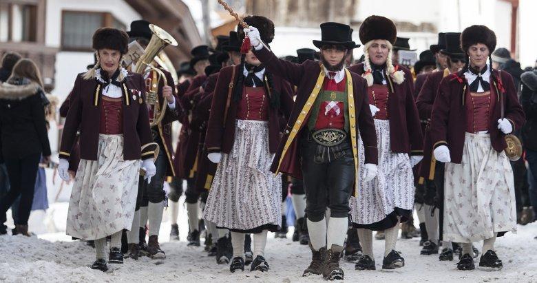 Musikkapelle Fiss:Um der Tradition zu entsprechen, dass beim Fisser Blochziehen nur Männer mitgehen dürfen, werden für diesen einen Tag auch die Marketenderinnen der Musikkapelle ausgetauscht.