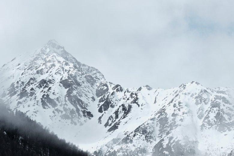 Über einer Bergkette zwischen Sellrain und Kühtai reißt der Himmel auf.