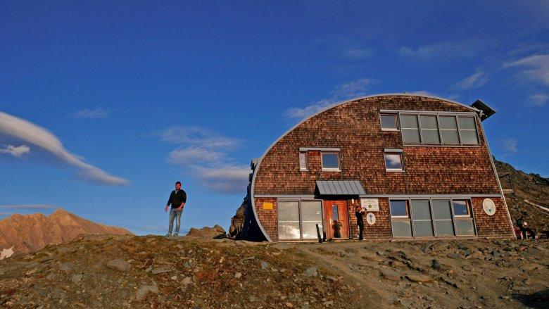 Matteo Bachmann vor seiner Traumhütte am Fuße des Großglockners. Foto: privat