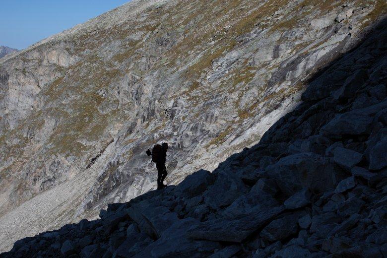 Der Zustieg zum Wandfuß führt über wilde Granithalden – und bietet immer wieder neue Perspektiven auf die geplante neue Linie in der Wand.