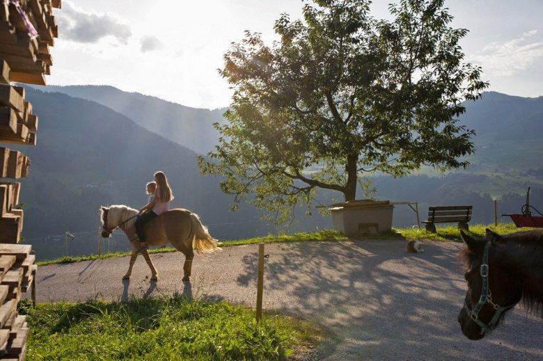 Eine Almwanderung macht auf dem Rücken eines Pferdes noch mehr Spaß.