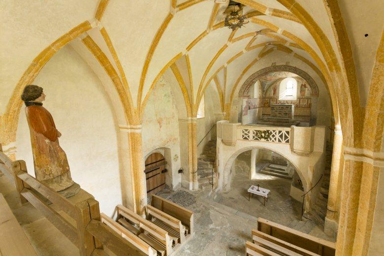 Von innen und außen beeindruckend: Die romanische Kirche St. Nikolaus.