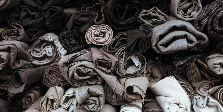 Vorhandene Stoffe werden entweder nach Material oder – wie hier – nach Farben sortiert.