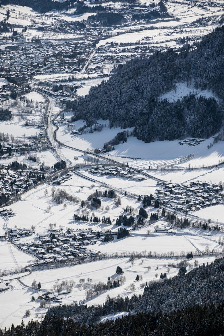 Das winterliche Tirol von oben.