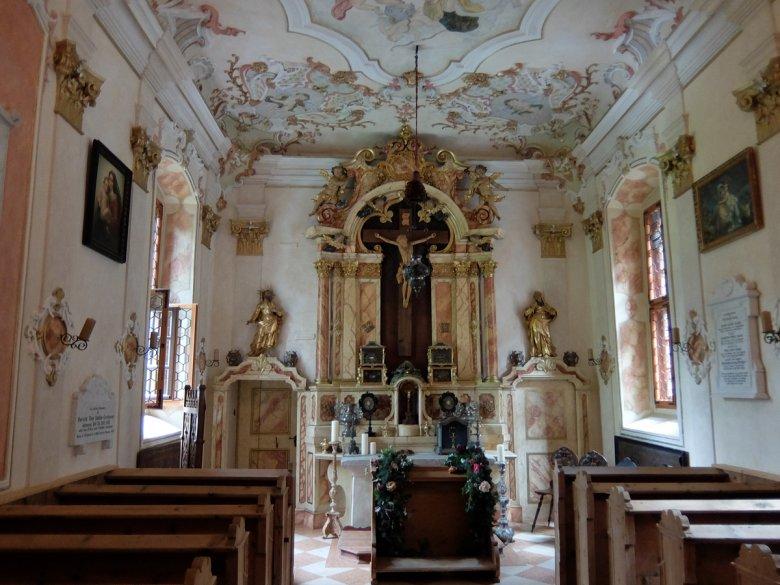 In der ursprünglichromanischen Kapelle mit reicher barocker Ausstattungwird regelmäßig geheiratet.
