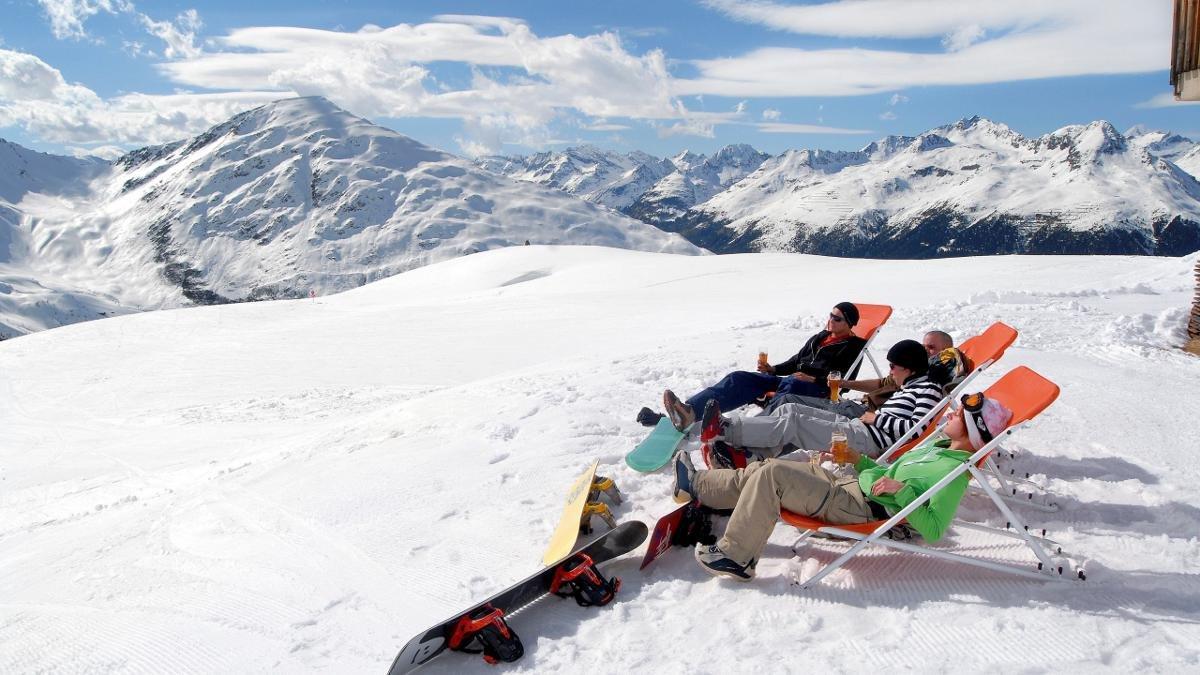 Im Skigebiet bleibt Zeit und Muße, das Panorama zu genießen. Die vielfältigen Obstacles im Funpark sorgen dafür, dass Snowboarder sich dennoch herausgefordert fühlen., © schultz-ski.at