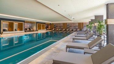 Innenpool mit Liegebereich, © Hotel Sonne Besitz GmbH