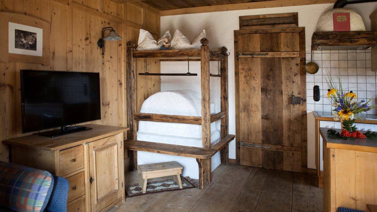 Altes und Neues ergänzen sich, eine moderne Dunstabzugshaube wird schon mal hinter Altholz versteckt., © Tirol Werbung/Lisa Hörterer