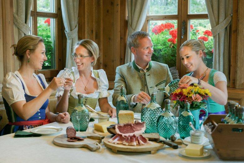 """Kulturgut, Genussmittel, Medizin: In Maßen getrunken kann ein """"Schnapserl"""" wahre Wunder wirken."""