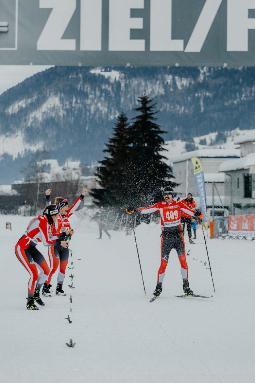 Auf den letzten Metern vor dem Ziel gibt es eine Sektdusche und lauten Jubel von Meike, Kaddi und dem restlichen Nordic Team Tirol.