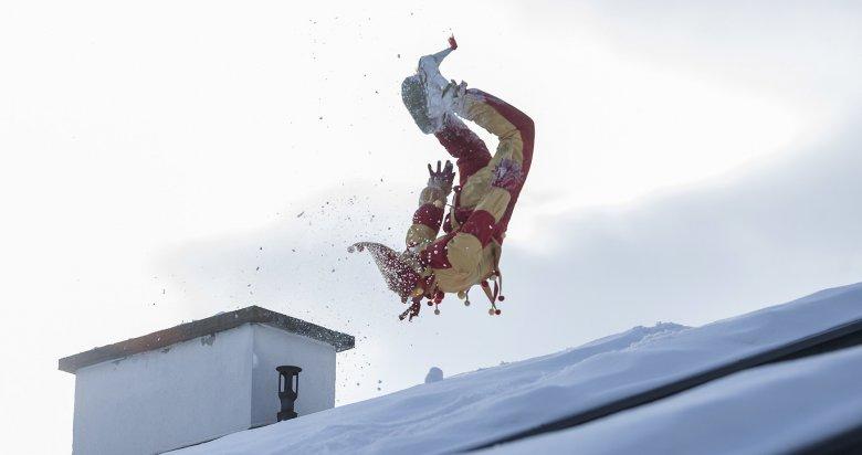 Der Bajatzl:Der Baijatzl springt in seinem Narrenkostüm von Dach zu Dach, bewirft die Zuschauer mit Schnee und sorgt auch für die ein oder eine akrobatische Einlage.