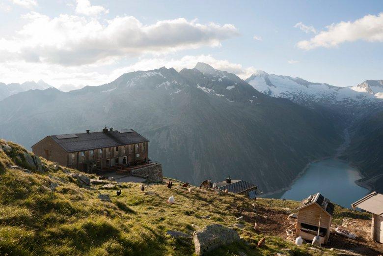 Die Olperer Hütte über dem Schlegeisspeicher.