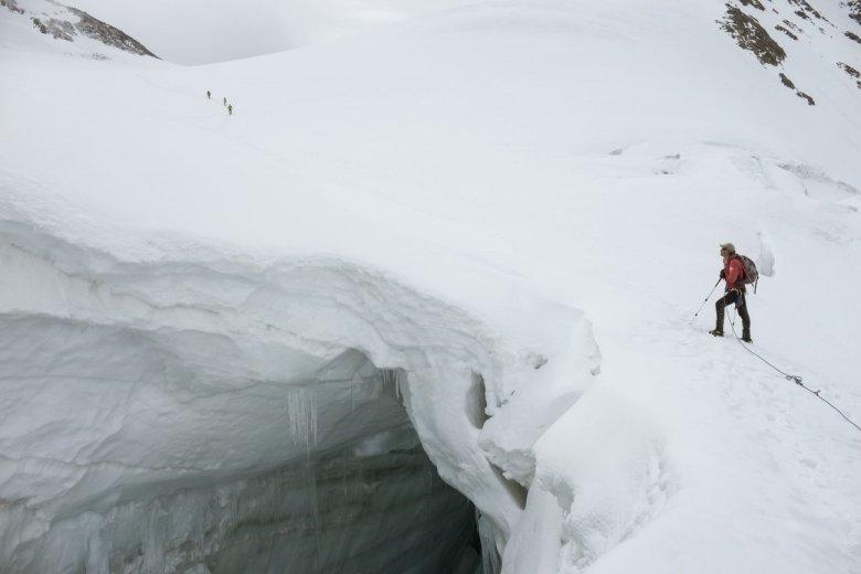 Diese mächtige Gletscherspalte stiehlt dem Wildspitz-Gipfel beinahe die Show.