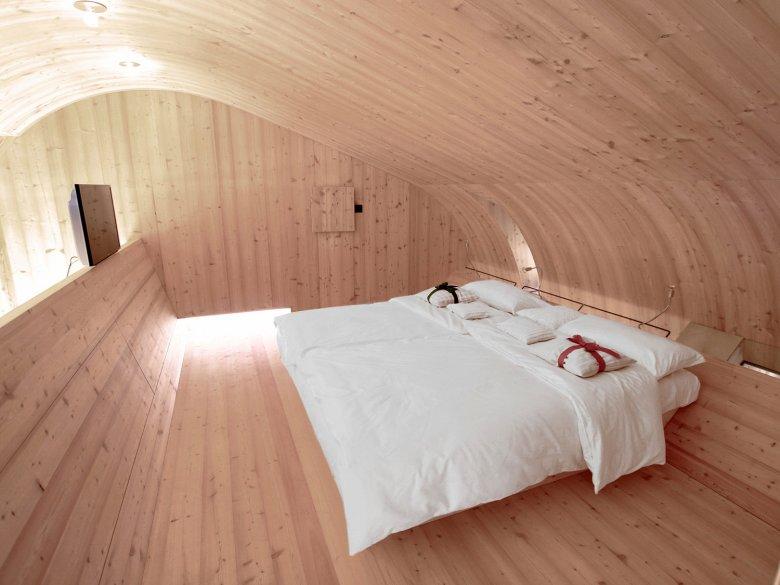 Bett aus Zirbenholz im Ufogel. Foto: Thomas Pitterl