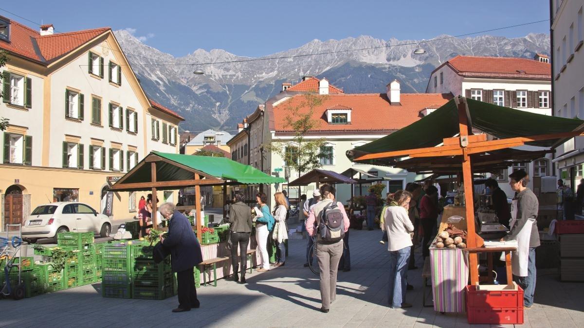 Innsbrucker lieben das Wiltener Platzl, wenige Gehminuten vom überlaufenen Zentrum entfernt. Prächtige Gründerzeithäuser, altes Handwerk, originelle Gastronomie — und jeden Samstag ein bestens besuchter Bauernmarkt. Ein Dorf mitten in der Stadt, eben., © Innsbruck Tourismus