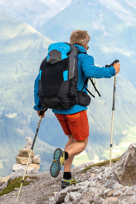 Mit leichtem Gepäck geht es den Berg hinauf.