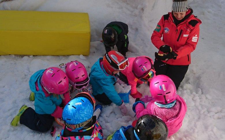 Verschnauf- und Spielpause beim Schneekuchenbacken im skischuleigenen Iglu.