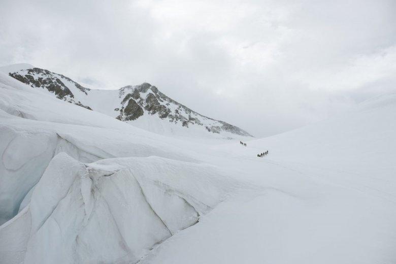 Oben im Hintergrund zu erkennen: Das Gipfelkreuz der Wildspitze.