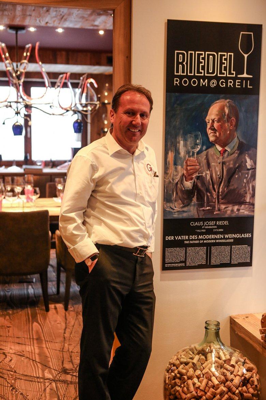Der Hausherr Sepp Greil strahlt zurecht stolz vor dem Bild von Riedel Pionier Claus Josef Riedel.