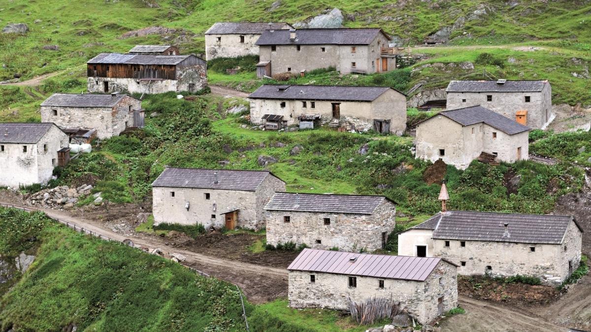 Die Jagdhausalm mit ihren 15 Steinhäusern ist eine einzigartige Attraktion. Im Spätmittelalter errichtet und ursprünglich sogar ganzjährig besiedelt, dient die Siedlung, die so ähnlich auch im Himalaya stehen könnte, heute als Rinderalm., © Tirol Werbung/Reinhard Hölzl