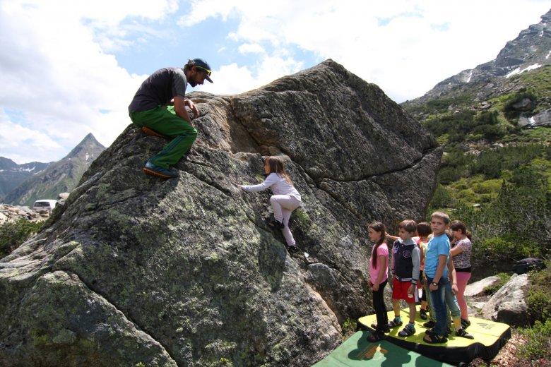 Kinder beim Bouldern im Silvapark Galtür. Foto: TVB Paznaun – Ischgl