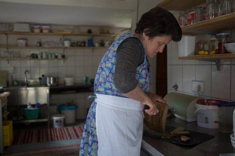 Maridl Schmid hat die Falbesoner Ochsenalm von ihrer Mutter übernommen. Sie ist die Seele des Almbetriebes.