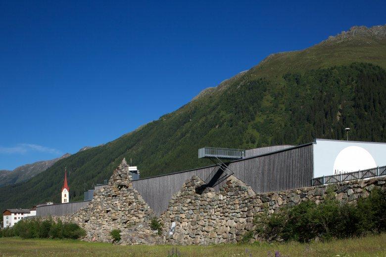 Die Lawinenschutzmauer aus massiven Stein, Beton und Stahl soll das Dorf vor weiteren Lawinen schützen. Foto: Günter Wett