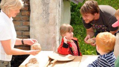 Aktivitäten am Ferienhof Raich, © Brotbacken wie zu Großmutters Zeiten
