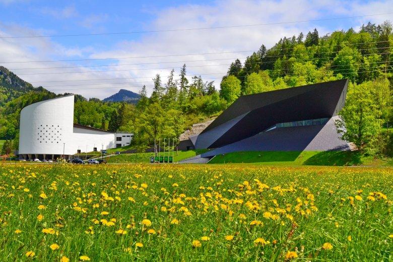 Das alte Passionsspielhaus und das neue Festspielhaus leben in einer kontrastreichen Symbiose. Foto: Peter Kitzbichler