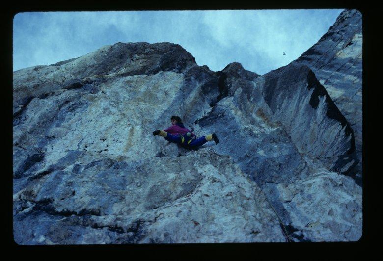 """Erstbegehung der Route """"Buhl bleib Cool"""" (VII+) durch die Seilschaft Darshano L. Rieser & Hp J. Schrattenthaler. Die Route verläuft bohrhakenfrei direkt links der Buhl-Dachverschneidung durch die Sagzahn-Ostwand im Rofan-Gebirge."""