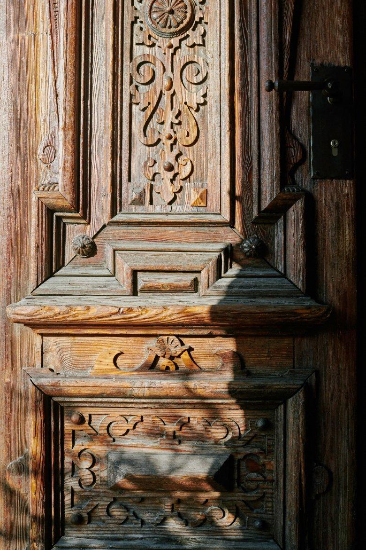 Sobald man die ornamentale Eingangstür öffnet, wird man von einer heimeligen Atmosphäre umarmt.