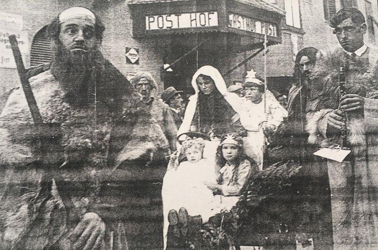 Der Christkindl-Einzug hat in vielen Orten Tirols schon sehr lange Tradition. Zirl, 1932. Bildquelle: Heimatmuseum Zirl
