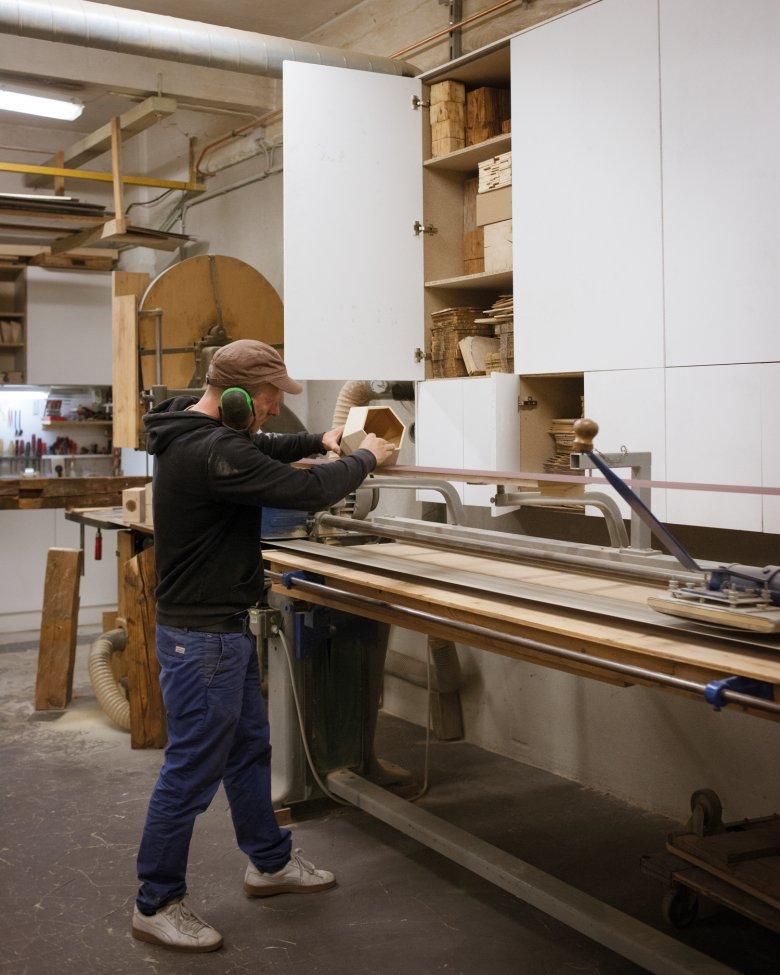 Handarbeit und unverwechselbare Rohmaterialien machen jede Almleuchte zum Unikat.