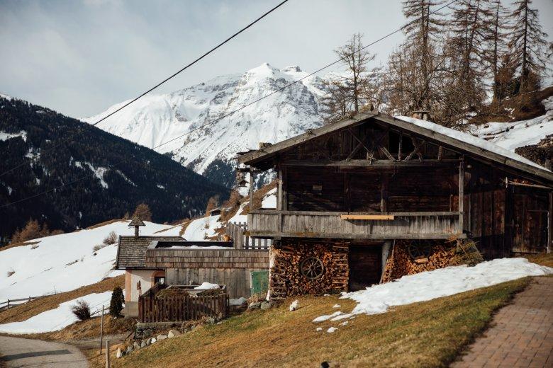 In den Tiroler Tälern wird bis in den Sommer geheizt – mit Holz. Der Kaminkehrer kommt öfter als in der Stadt.