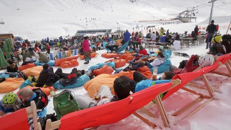 Bei der Grillhofalm tummeln sich Snowpark-Besucher und Sonnenhungrige.